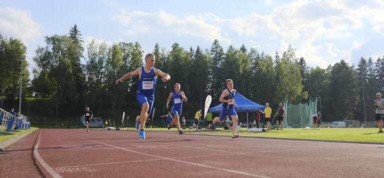 Juoksijat juoksuradalla Janakkalan Janan järjestämässä Janakkala Gamesissa.