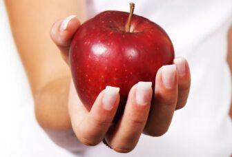 Omena kämmenellä.