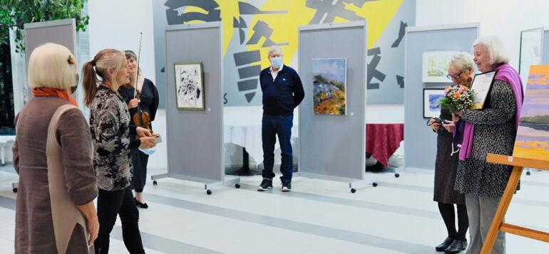 Janakkalan kuvataideyhdistyksen näyttelyn avajaiset Turengin kirjaston aulassa.