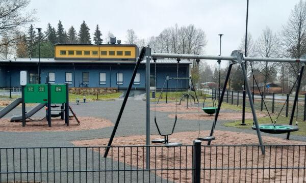 Leikkipuiston leikkivälineitä.